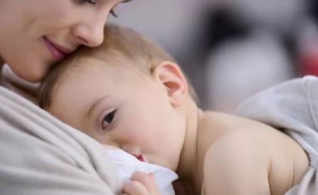 产后乳房积奶怎么办?这样做让宝宝吃奶更轻松!