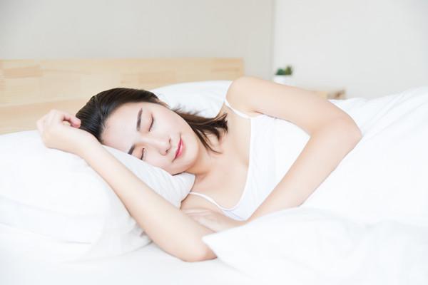 穿内衣睡觉和长期裸睡的女性有什么区别?
