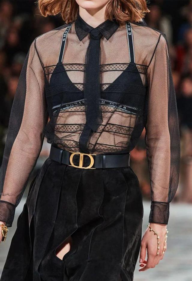"""今夏火了一种穿法,叫""""内衣外露"""",时髦又性感,明星超模都在穿"""